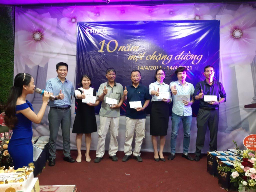 Tặng kỉ niệm chương cho nhân viên